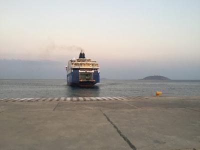 L'arrivée du ferry le soir à Anafi